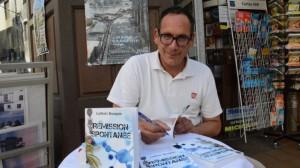 Ludovic lors d'une séance de dédicaces pour son premier roman, publié aux Deux encres